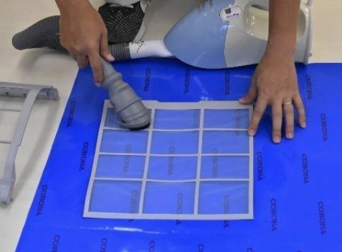 エアコンのフィルター掃除を手で行う場合、掃除機でまずホコリを吸います